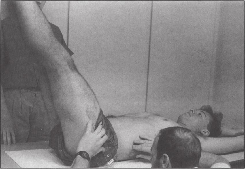 Obraz 9. DLLT, gdzie pacjent opuszcza nogi jednocześnie starając się zachować lordozę, mierzoną w tym czasie przez badacza.